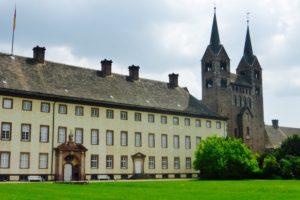 Erhaben liegt Schloss Corvey an einem Weserbogen