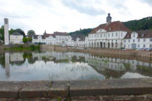 Blick auf das Hafenbecken in Bad Karlshafen, umrahmt von weißen Gebäuden